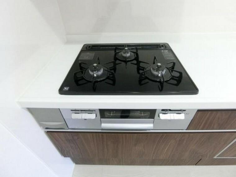 キッチン Siセンサー付きガラストップ三ツ口ガスコンロ。