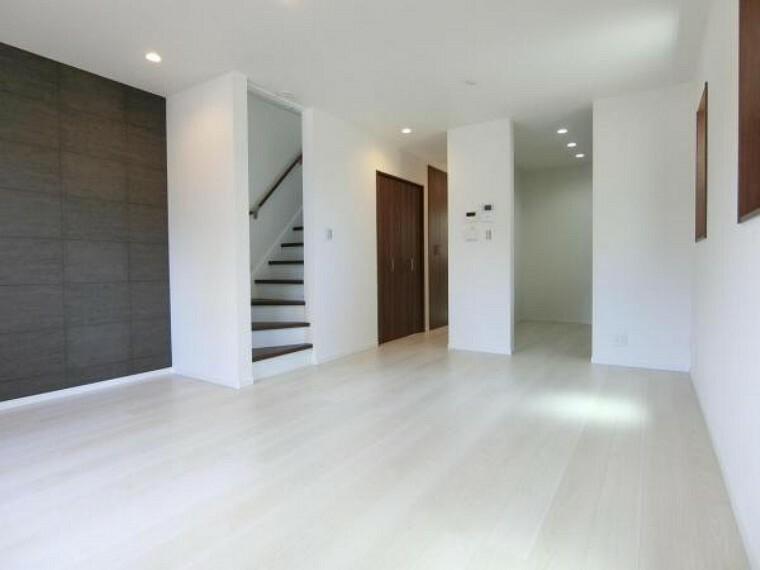 居間・リビング 家族でゆったりくつろげるリビング。自然と家族が顔をあわせるリビング階段採用。