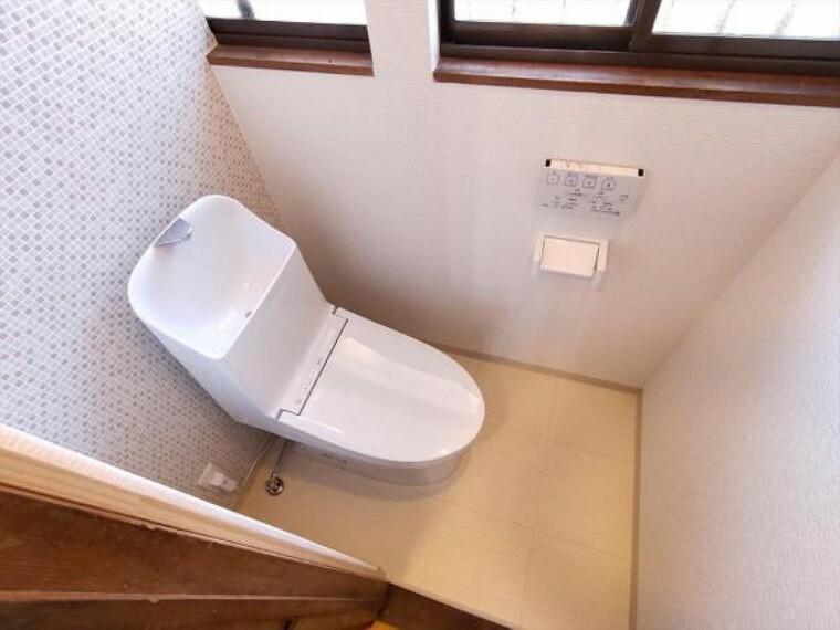 トイレ (リフォーム済)トイレは天井、壁をクロス貼り、床をクッションフロア貼りに変更し、便器はTOTO製のウォシュレット付便器に交換しました。便座は温度調整ができるので、寒い冬場でも温かく利用できます。