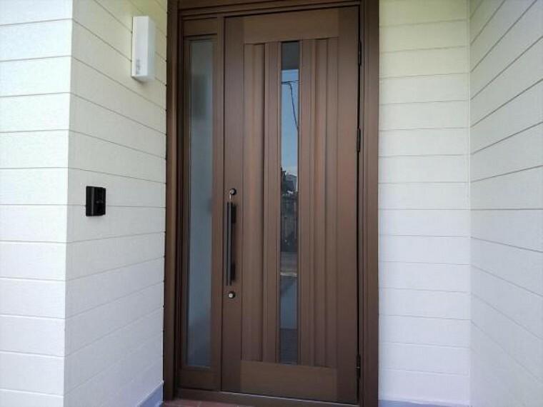 玄関 (リフォーム済)家の顔である玄関ドアは新品に交換しました。鍵も2ロック方式になり、安全性も高まりましたよ。