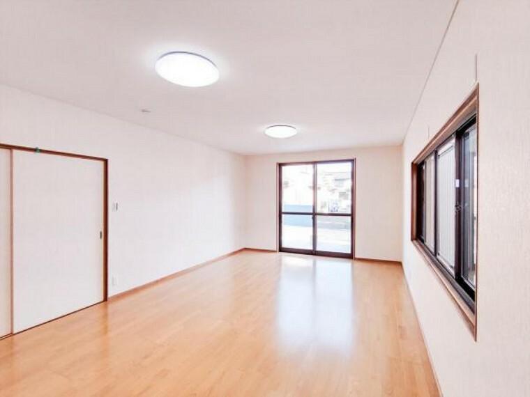 (リフォーム済)1階14帖洋室は天井・壁のクロスと床材を貼替しました。自宅で生徒さんを集めて教室をしたり、エステサロンなどをされる方にもおすすめですよ。