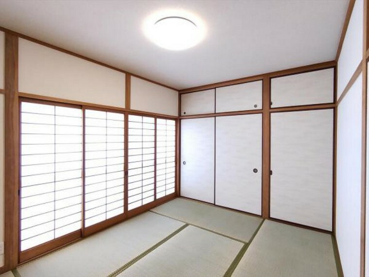 (リフォーム済)2階の6畳和室は天井、壁をクロス貼りにし、畳を表替え・障子と襖を貼替しました。イグサの匂いに癒されて心地よい眠りにつけそうですね。