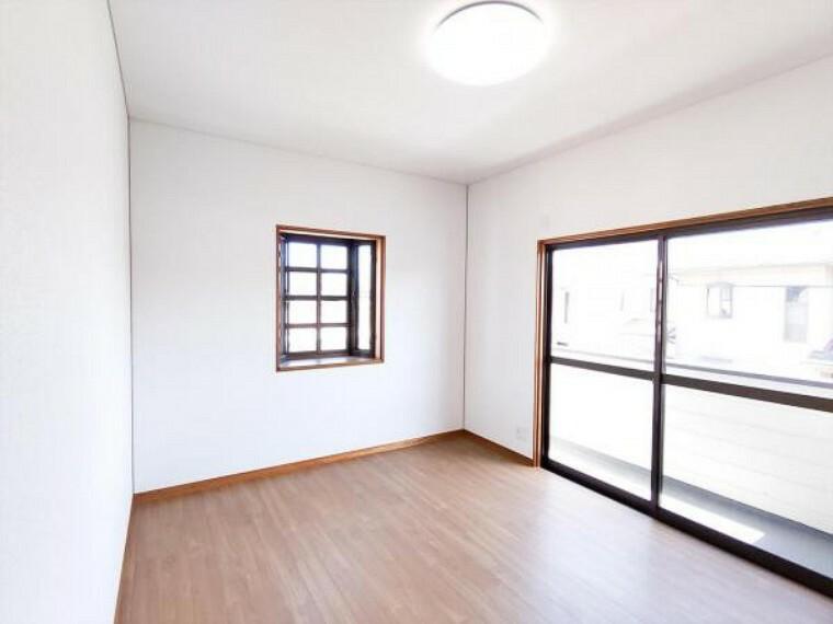 (リフォーム済)2階の6帖洋室は天井・壁のクロスと床材を貼替しました。東側の窓から朝日が差しますので、朝すっきりお目覚めできそうですね。