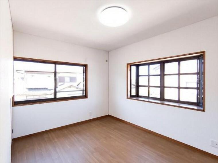 (リフォーム済)2階北東側6帖洋室は天井・壁のクロスと床材を貼替しました。出窓がありますので観葉植物などを育ててもよいですね。