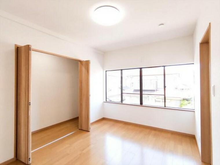 (リフォーム済)北西側6帖洋室は天井・壁のクロスと床材を貼替しました。幅2間の収納がありますので、すっきり片付けできますね。