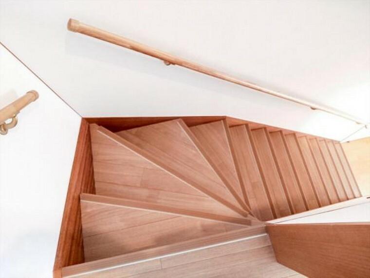 (リフォーム済)階段には、新たに手すりと滑り止めを設置しました。小さなお子様からご年配の方まで家族みんなが昇降しやすいよう配慮しています。