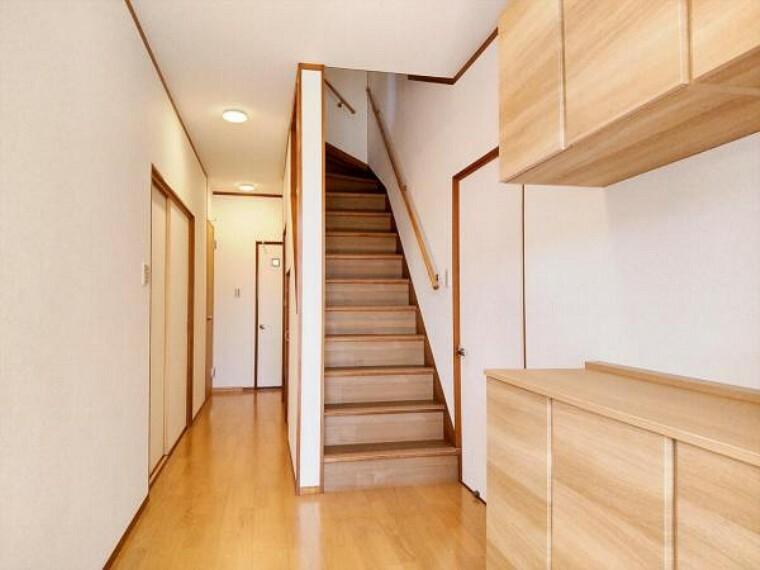 収納 (リフォーム済)玄関ホールは天井・壁のクロスと床材を貼替しました。木の温かみを感じさせる玄関先がお出迎えしてくれますよ。