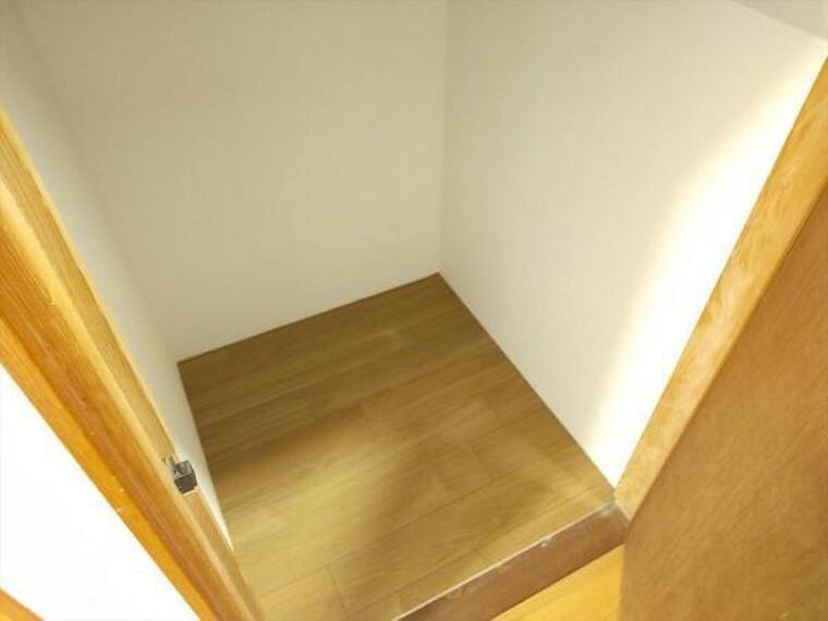 玄関 (リフォーム済)階段下収納内部はクリーニングを行いました。以外に収納場所に困る掃除機をしまうのにぴったりですよ。