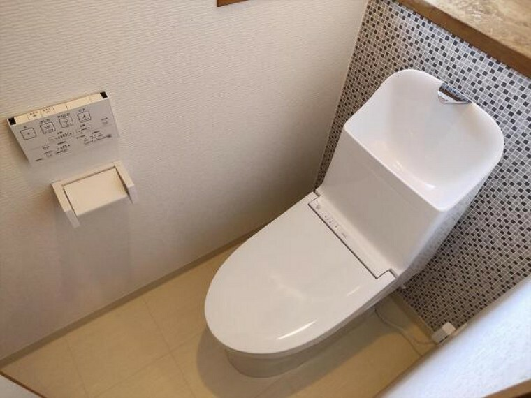 トイレ (リフォーム済)2階のトイレは天井・壁のクロスとクッションフロアを貼替ました。朝の混みあいも軽減されて便利ですね。