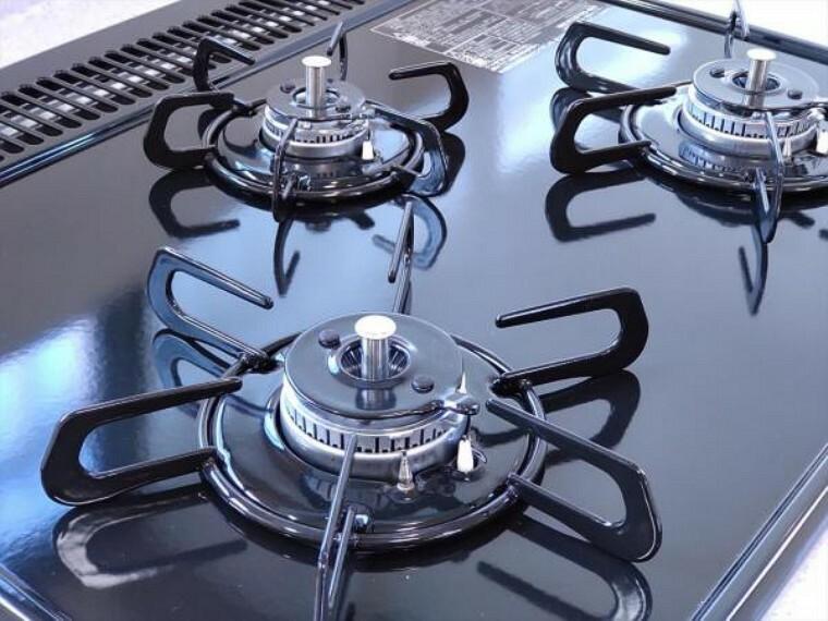 キッチン (リフォーム済)キッチンの熱源はガスです。手前のハイカロリーバーナーで炒め物、奥の小コンロでコトコト煮物と使い分けして効率よく調理できますよ。