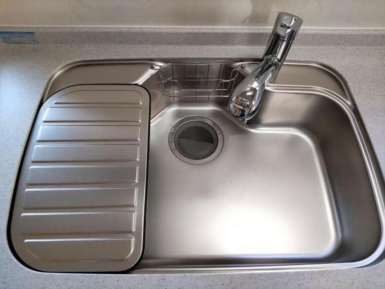 キッチン (リフォーム済)キッチンのシンクは流水音がしにくい静音設計になっています。音楽などを聴きながら楽しく炊事できそうですね。