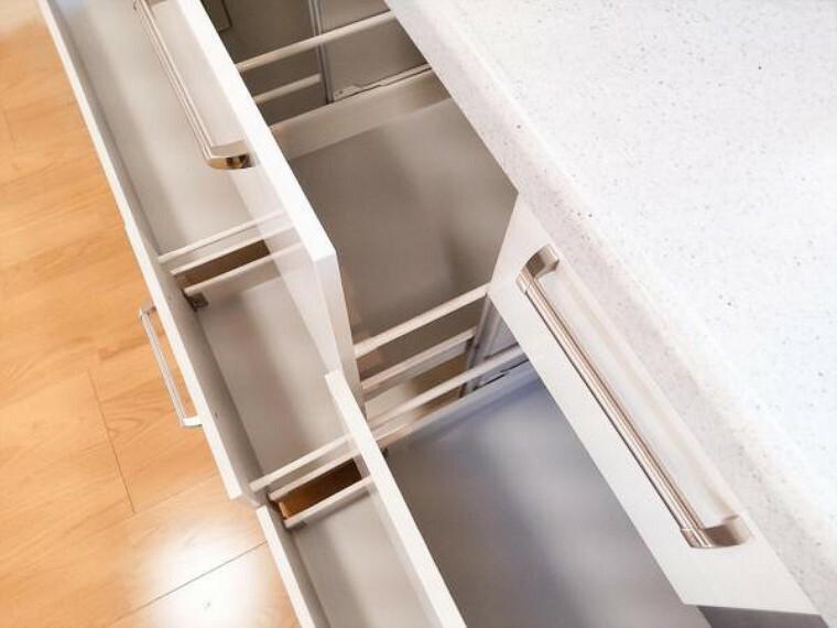 キッチン (リフォーム済)キッチンの収納部は奥のものも見やすく取り出しやすい引き出しタイプです。レール付きで開け閉めもスムーズですよ。