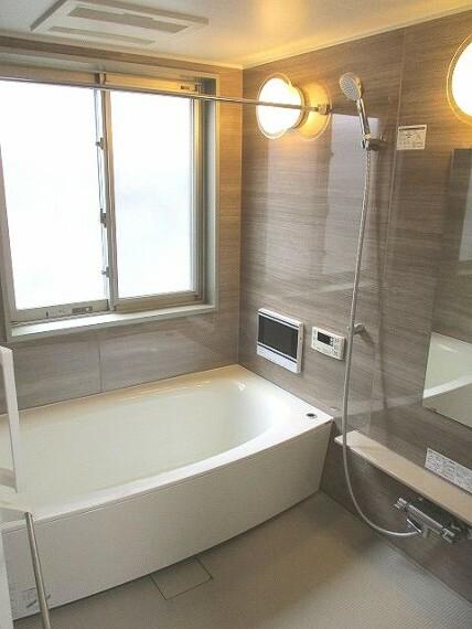 浴室 大きな窓があり、換気も安心!