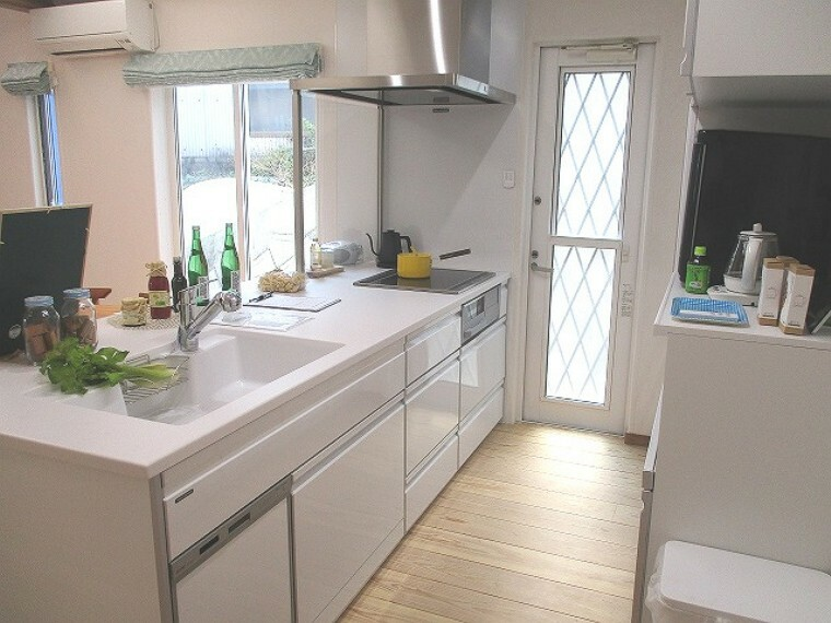 キッチン 白を基調とした機能充実のシステムキッチン 勝手口あり