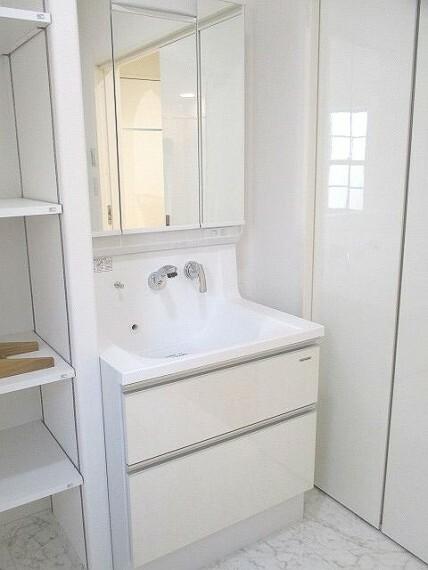 洗面化粧台 三面鏡付き洗面化粧台 シンク広めです!