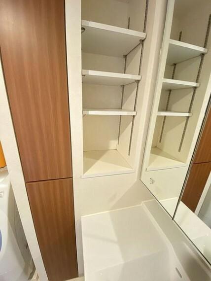 収納 洗面化粧台の横に収納棚有!