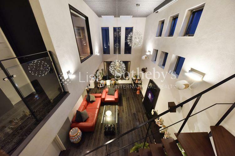 居間・リビング リビング 吹抜け仕様で開放感のある室内空間。