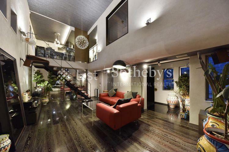 居間・リビング リビング 照明によりシックで大人の隠れ家のような雰囲気を演出。