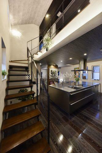 階段 線の細い階段は室内空間を圧迫することなくオシャレな印象。