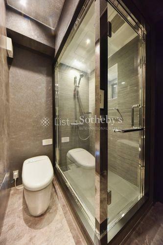 トイレ トイレ 2階のトイレにはシャワールームがあり来客時にも便利。