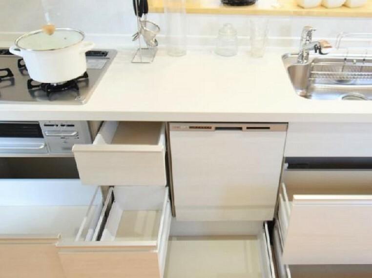 城内町 キッチン(同仕様施工例) ・・・食洗機がついており、節水や時短につながります。食品庫もついているので、食品のストックにも便利です。勝手口もありますのでゴミ捨ても直接外に出せるのが嬉しいですね。