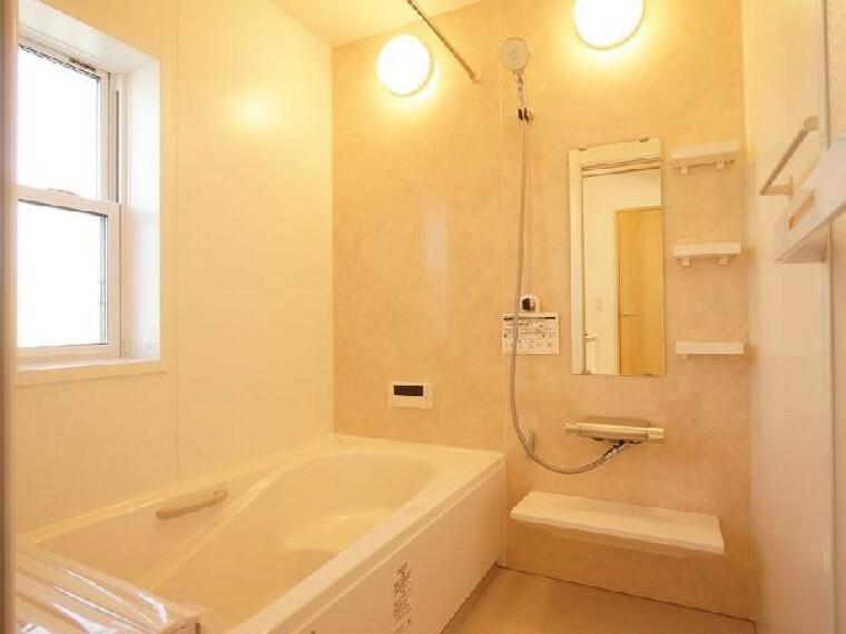 城内町 浴室(同仕様施工例)・・・浴室には換気乾燥暖房機がついています。梅雨の時期も洗濯物を浴室に干して乾かすことができます。また浴室暖房で冬も安心して入浴できますね。