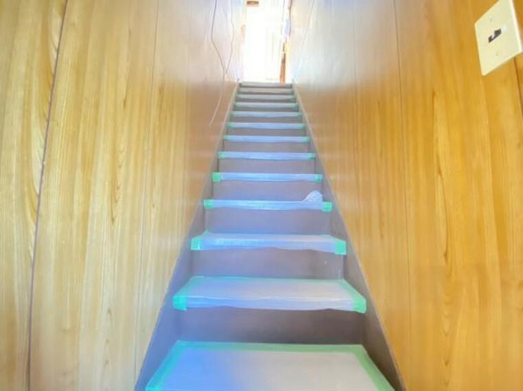 【リフォーム中写真】階段は壁と天井のクロスを張り替え、床にクッションフロアを張り、手すりを新設する予定です。小さなお子様や、ご年配の方でも安心して上り下りできそうですね。