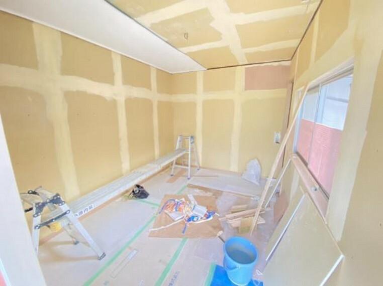 洋室 【リフォーム中写真】別棟の手前の洋室です。壁、天井はクロス張替え、床はピカピカクリーニングで仕上げます。