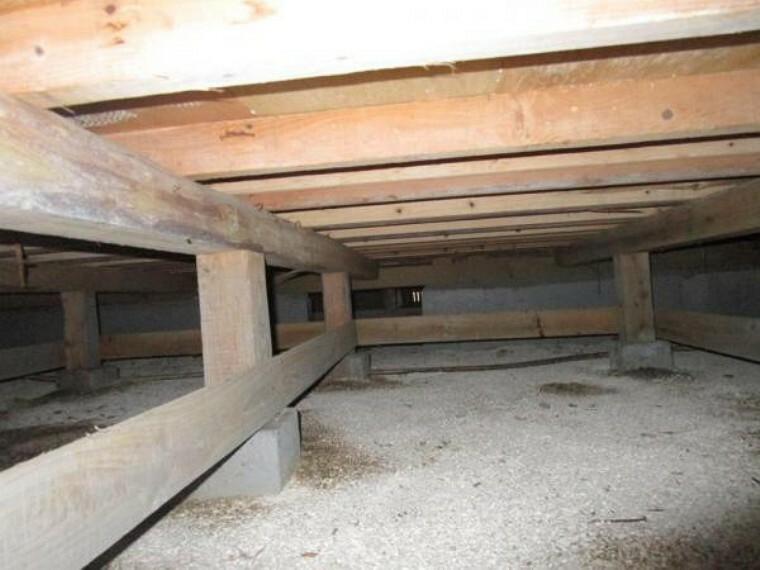 構造・工法・仕様 【リフォーム済】中古住宅の3大リスクである、雨漏り、主要構造部分の欠陥や腐食、給排水管の漏水や故障を2年間保証します。その前提で床下まで確認の上でリフォームし、シロアリの被害調査と防除工事もおこないます。