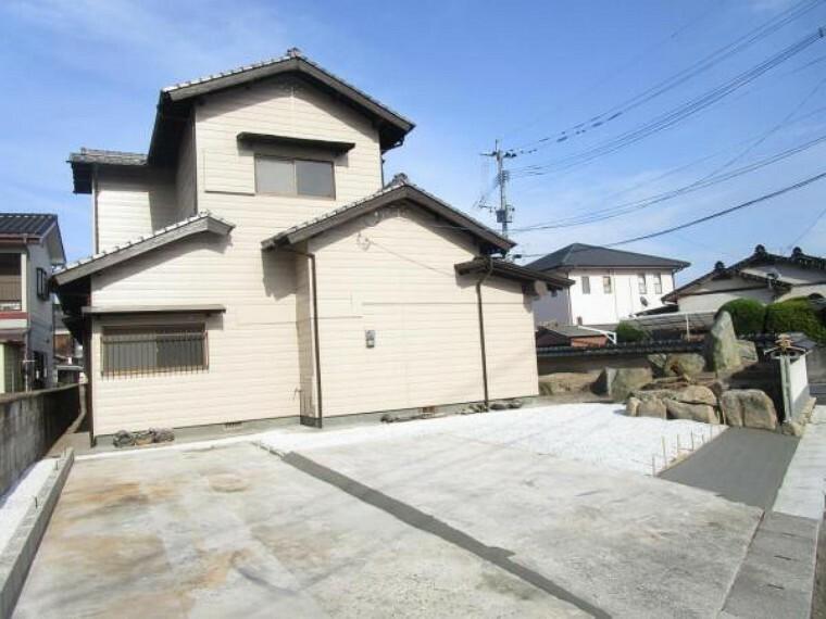 外観写真 【リフォーム済】倉庫を解体して駐車場に変更しています。3台駐車可能です。