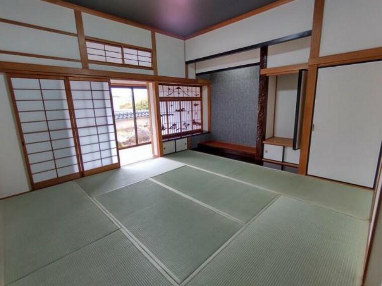 和室 【リフォーム済】1階奥の和室です。畳は表替えし、ふすまを張り替えています。お庭にも直結しているので、縁側のように使うこともできますよ。
