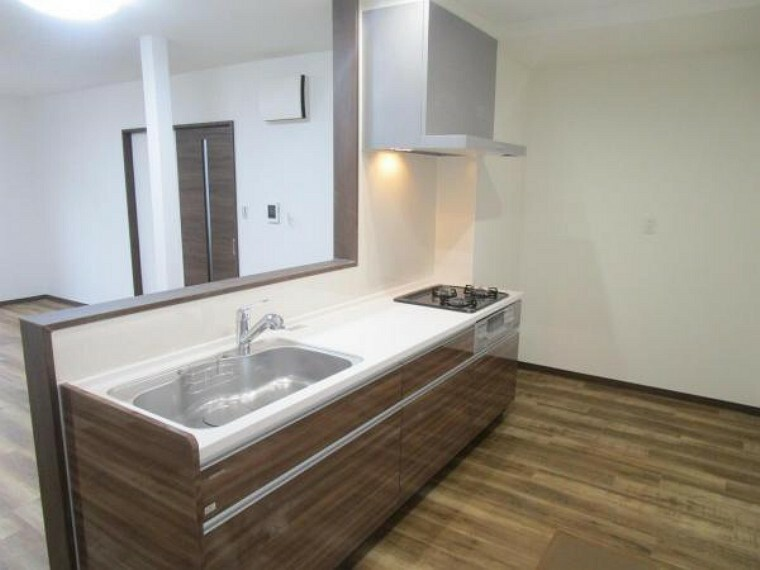 ダイニングキッチン 【リフォーム済】システムキッチンに新品交換しました。幅2550ミリのワークトップは人工大理石製なので、耐衝撃に優れています。フロアタイルと壁クロスも貼り替えてあるので、清潔・快適です。