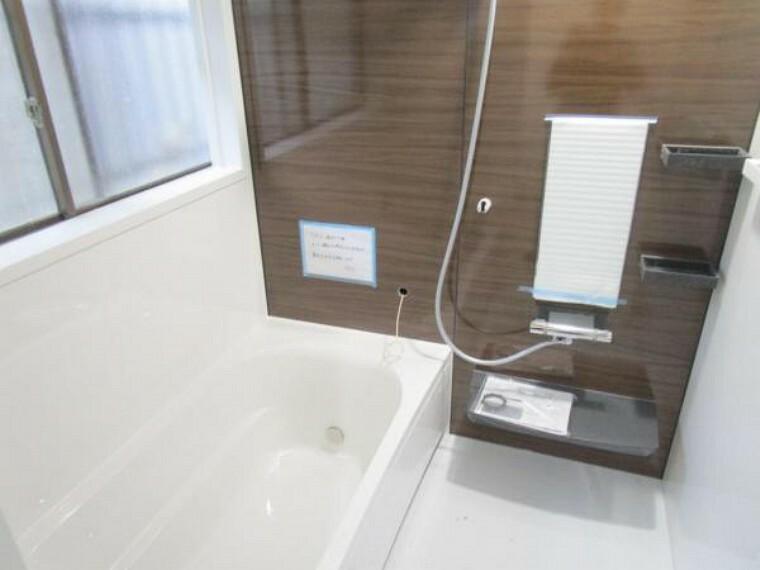 浴室 【リフォーム済】1坪タイプのユニットバスに新品交換しました。広々した浴槽は半身浴ステップ付きなので、足を伸ばしてゆったり半身浴が楽しめます。毎日のお風呂が楽しみになりますね。