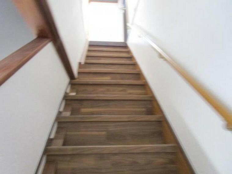 洋室 【リフォーム済】2階に続く階段です。お子様やご高齢の方に配慮して、新品の手すりを設置しました。事故の起こりやすい階段の昇降を、より安全にできるように最大限配慮してクッションフロアを張っています。