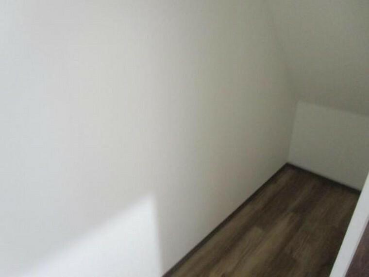 収納 【リフォーム済】階段下には大きな収納スペースを作りました。掃除機やアウトドア用品などが収納できて便利ですね。