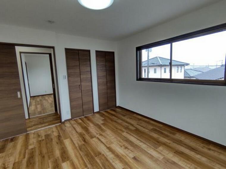 居間・リビング 【リフォーム済】2階の8帖の洋室です。クローゼットを新設しています。天井・壁のクロスを貼り替え、床はフロアタイルを張り替えました。窓が2面あるので、明るく過ごしやすい空間になっています。