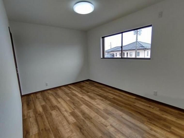 居間・リビング 【リフォーム済】2階の6帖の洋室です。こちらも天井・壁のクロスを貼り替え、床はフロアタイルを張り替えました。