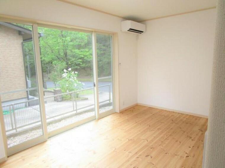 【リフォーム済】1階洋室です。南向きの大きな窓があり日当たり良好です。