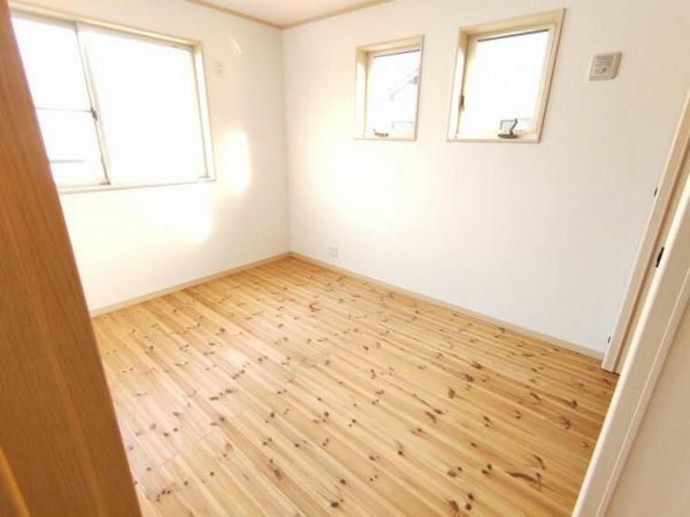 【リフォーム中】床は無垢材が使用されており、木の温かみを感じられるお家です。
