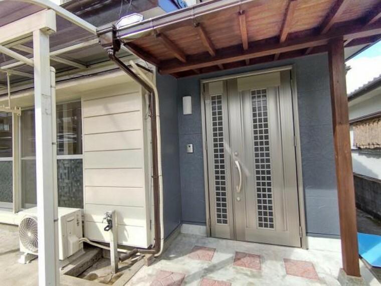 玄関 【リフォーム済】玄関です。ピカピカにクリーニングを行い、鍵を交換しました。お家の顔である玄関がきれいだと、家族やお客さんを気持ちよく迎えられますね。