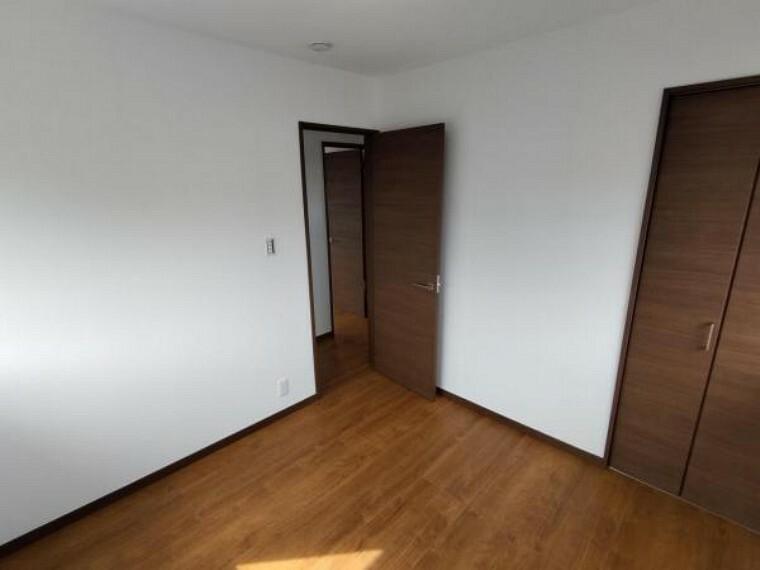 【リフォーム済】2階の洋室です。壁、天井クロスを新品交換し床を重ね張りしました。収納もあるので使い勝手がいいですよ。