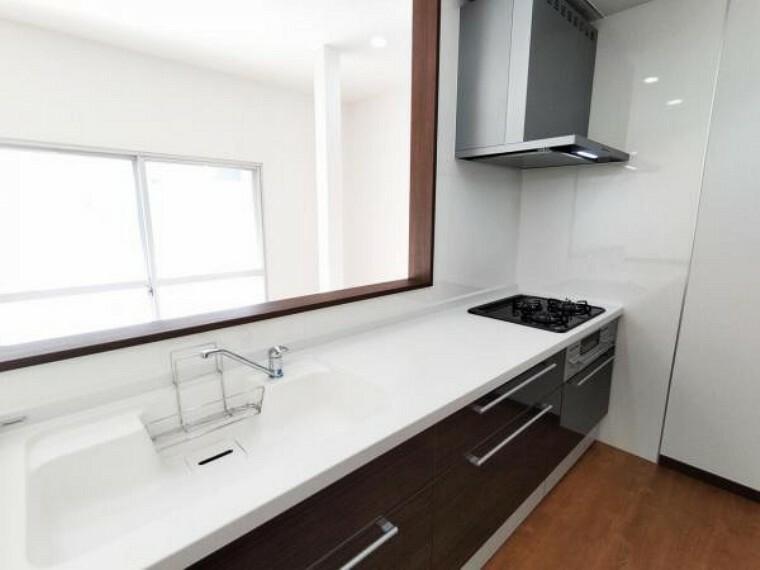 キッチン 【リフォーム済】キッチンはハウステック製の新品に交換しました。引出には一升瓶や胴鍋のような背の高いものも収納できます。天板は熱や傷にも強い人工大理石仕様なので、毎日のお手入れが簡単です。
