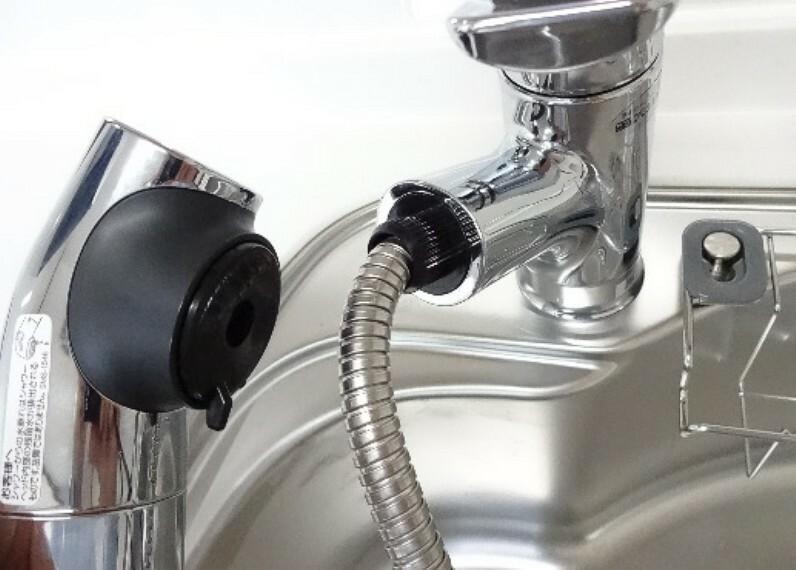 【同仕様写真】 新品交換予定のキッチンの水栓金具はノズルが伸びてシンクのお手入れもラクラクです。水栓本体には浄水機能が内蔵されていて、おいしいお水をつくります。