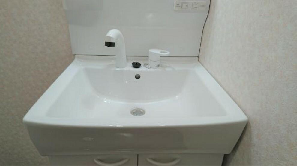 【同仕様写真】 新しく設置予定の洗面ボウルです。ちょっとした洗い物ならここで済ませられます。水栓ノズルが伸ばせますので、洗髪や水汲みもラクですよ。