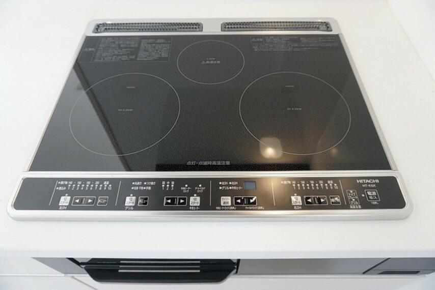 キッチン 同仕様写真。お手入れが簡単なIHクッキングヒーター付き。火を使わないのでご家族と一緒にt料理をする際も安心ですね。