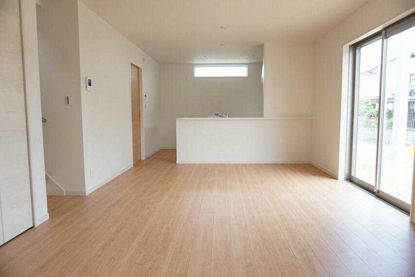 居間・リビング 同形状・同仕様 家族が集まる開放的なリビング。隣接の和室と一体利用すれば18帖以上の大空間に。思い思いの時間を過ごしたり、家族みんなで食事をしたり、素敵な団らんの場になりますね。