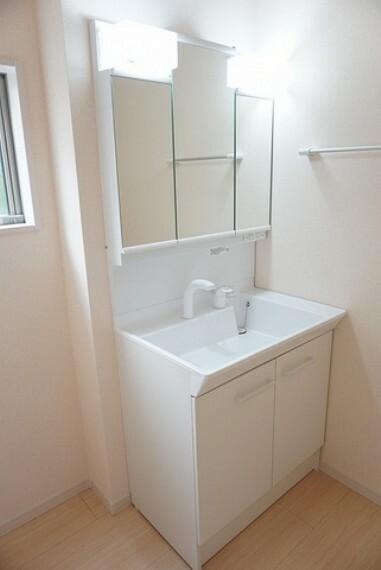洗面化粧台 同形状・同仕様 ミラー扉の内側が収納スペースになっていて歯みがきセットや化粧品もきれいに整頓できますよ。シャワーホース付のシャンプードレッサーで毎朝の支度もはかどります。
