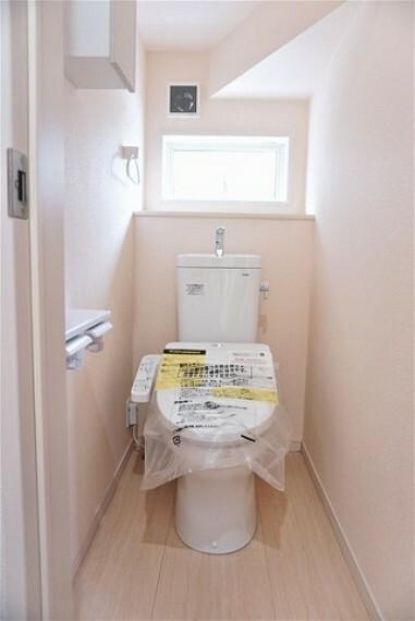 トイレ 同形状・同仕様 温水洗浄機付トイレです。節水機能もあるので、安心して使えますね。収納も付いています。 温水洗浄、暖房便座、オートパワー脱臭、節電・節水機能、など、使い勝手のよい、高機能トイレです。