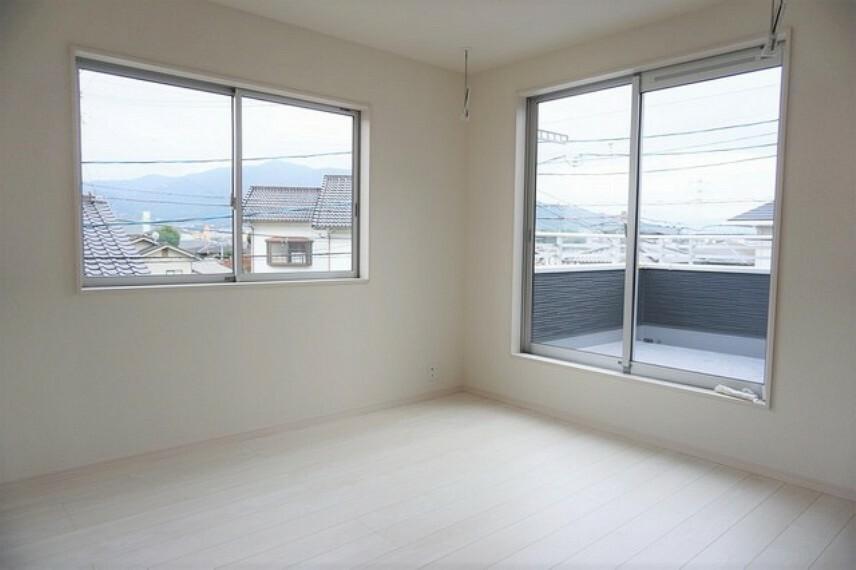 寝室 同形状・同仕様 2面採光を確保した明るい室内は、風通しも良く、大変居心地の良い空間となっております。爽やかな風を感じて起きる朝は、快適生活の始まりに。