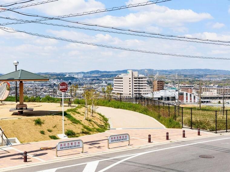 現況写真 【街区内公園から木津駅方面の眺望】JR木津駅まで徒歩9分 駅チカ立地です。